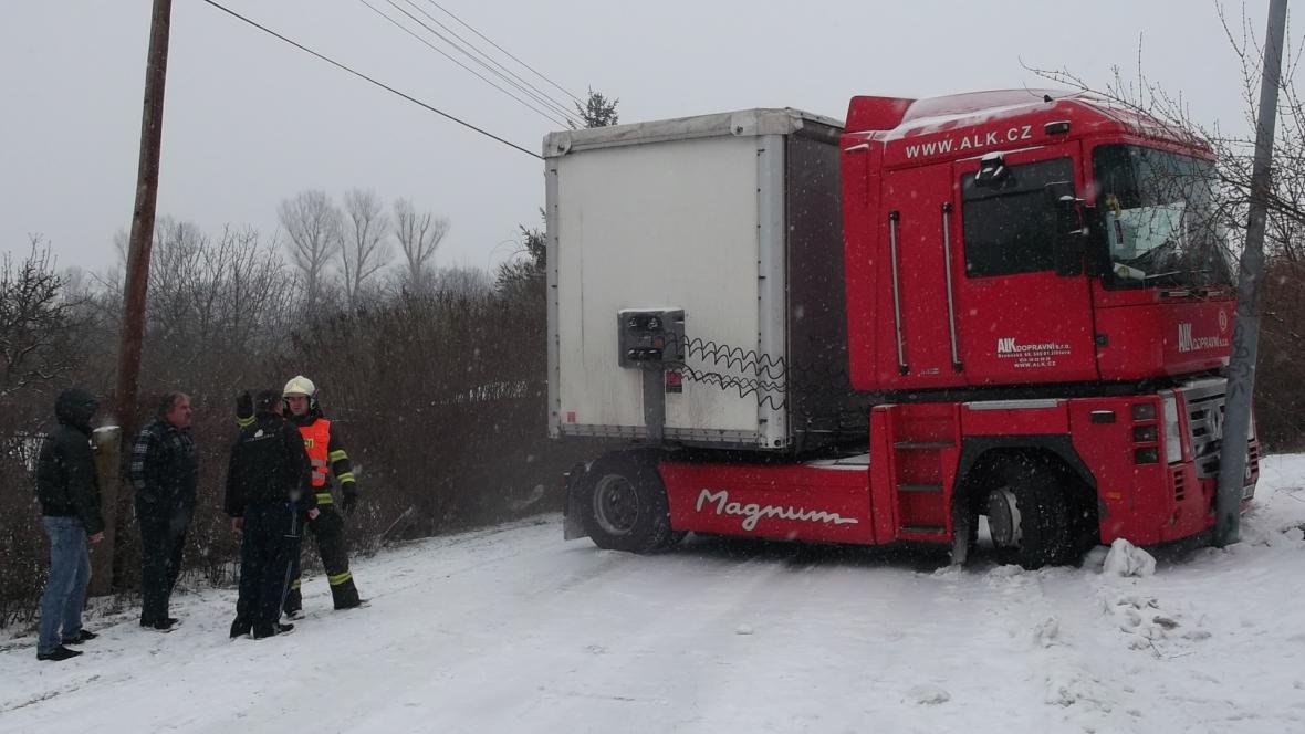 Nehoda uzavřela silnici v obci Veverská Bitýška
