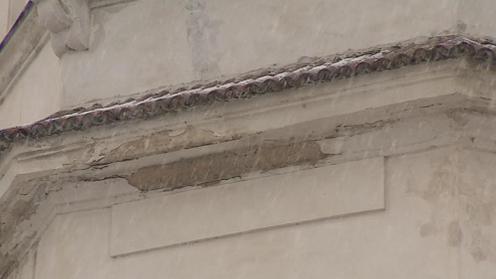 Fasáda společenského domu potřebuje opravit
