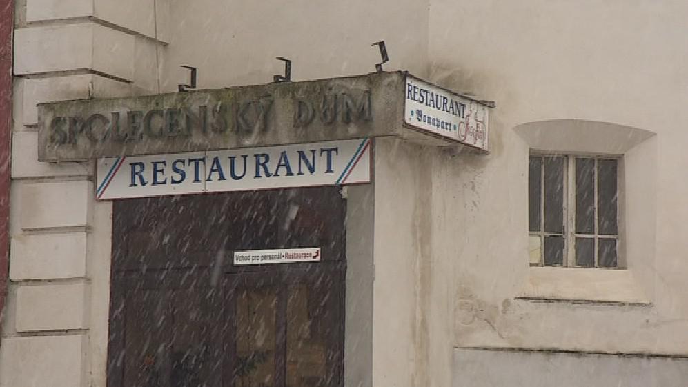 Do bývalé restaurace by se mohla přesunout knihovna