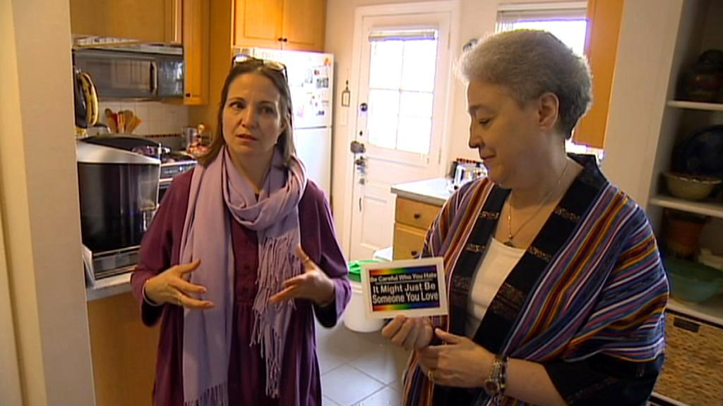 Reverendka Bonnie Bergerová (vpravo)