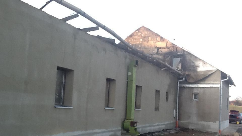 Hala zůstala po požáru bez střechy