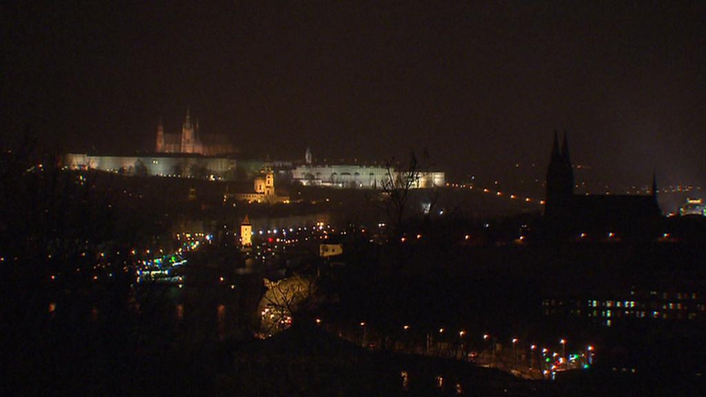 Potemnělý Pražský hrad a zhasnutý Vyšehrad