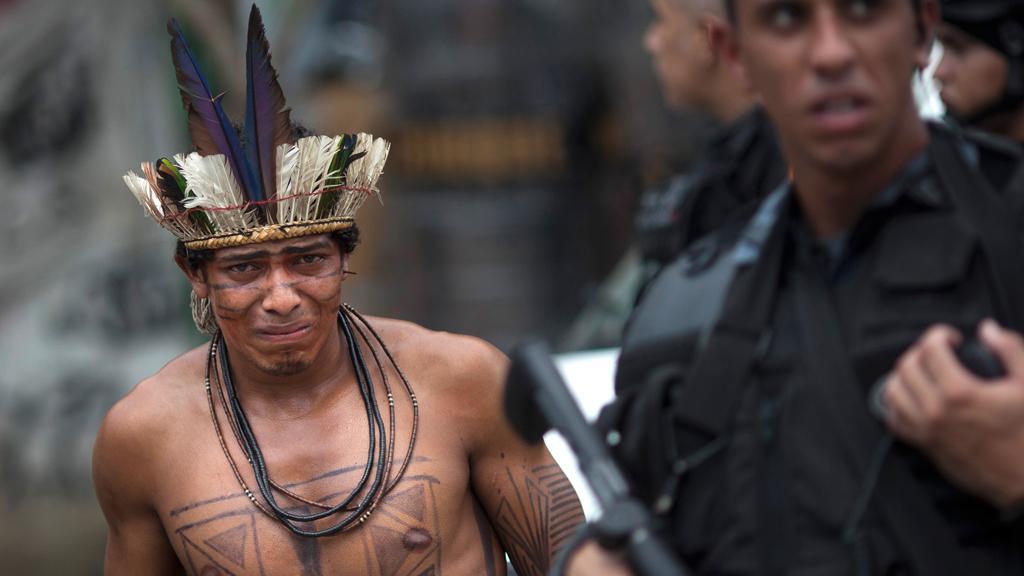 Brazilská policie odvádí indiánského squattera