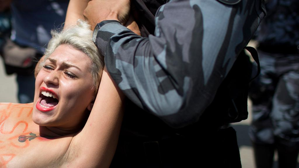 Zadržená členka hnutí Femen v Riu