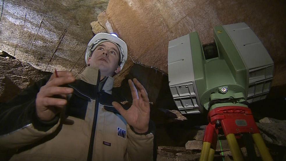 František Kuda s přístrojem na laserové skenování jeskyní
