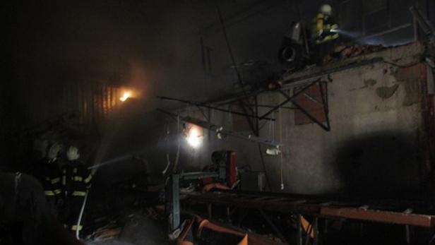 Hasiči likvidují noční požár pily