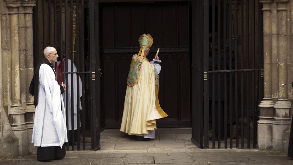 Arcibiskup z Canterbury buší na vrata katedrály