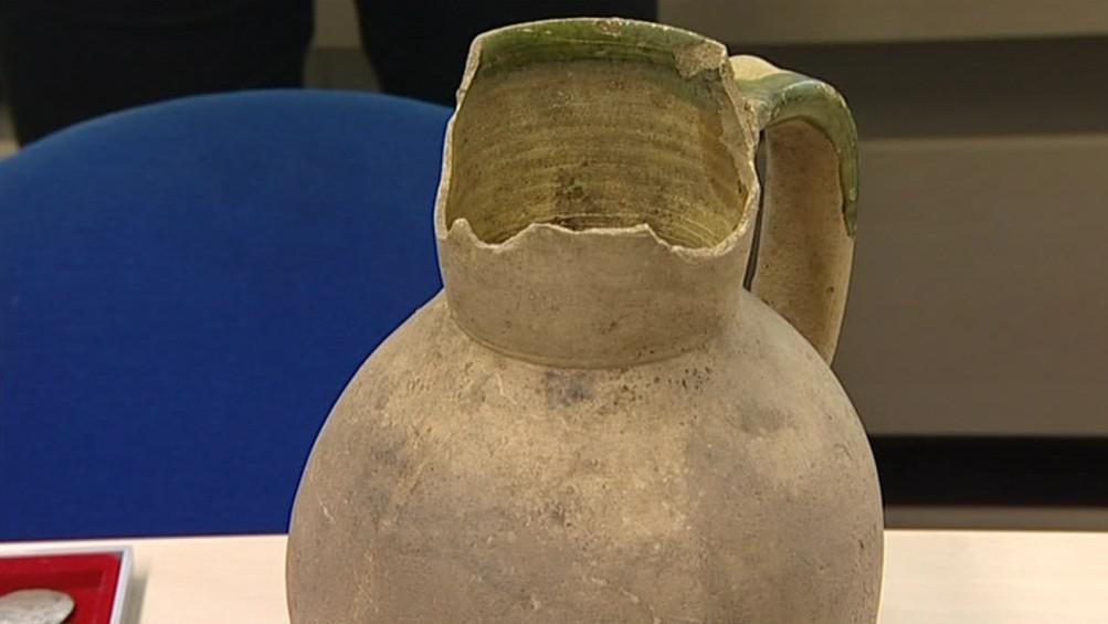 Hliněný džbán, ve kterém byly mince zakopány