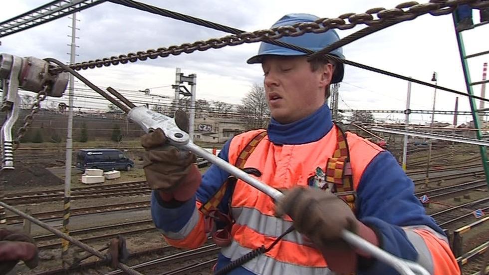 Dělník vyměňuje dráty trakčního vedení na břeclavském nádraží