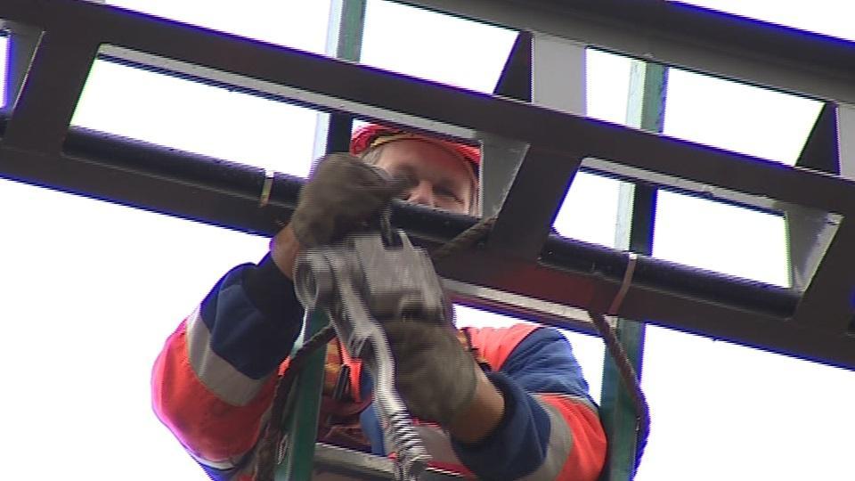 Dělník při práci na rekonstrukci břeclavského nádraží