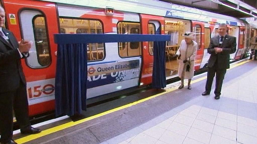 Královna Alžběta II. odhalila soupravu londýnského metra nesoucí její jméno