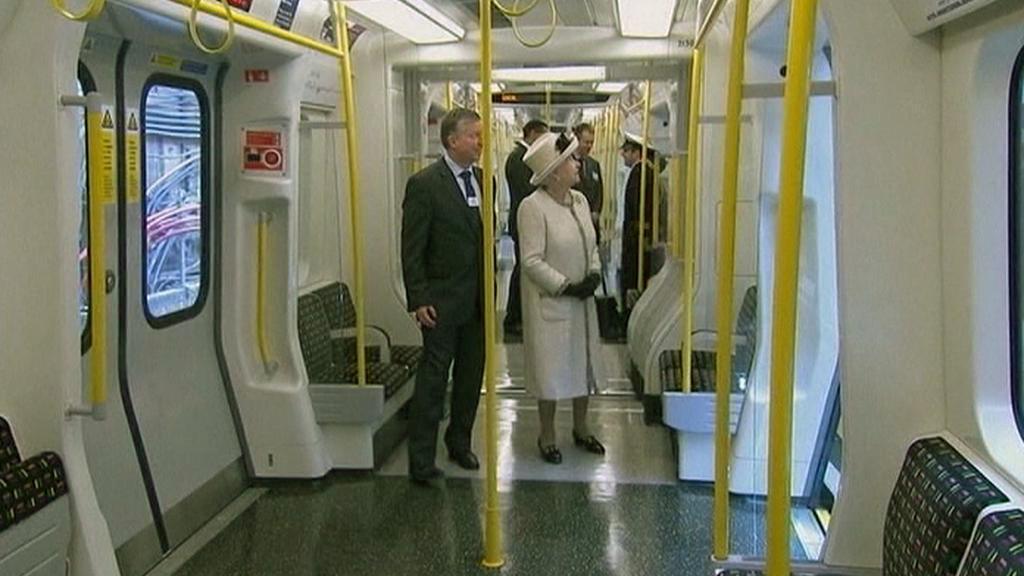 Královna Alžběta II. v londýnském metru