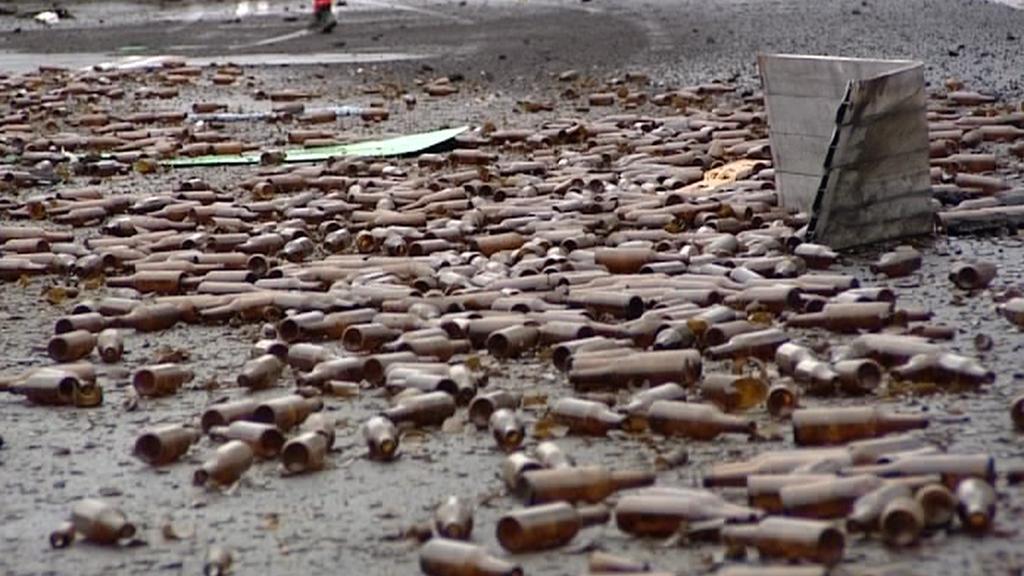 Na silnici se vysypaly tisíce láhví