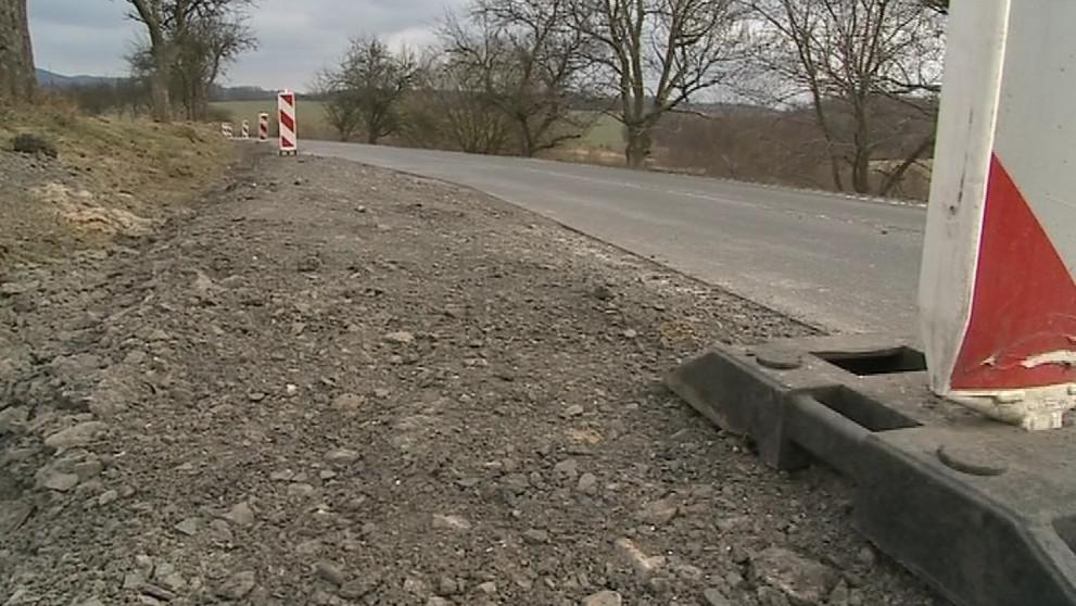 Na jednom místě se propadá celé polovina silnice