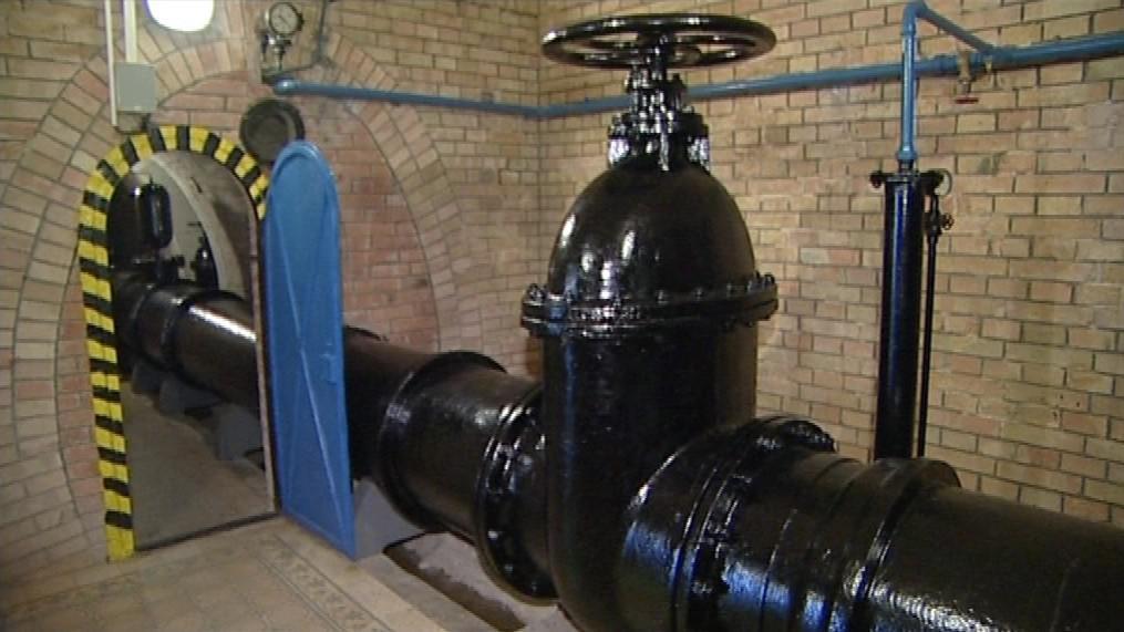 Původní litinové potrubí přivádí vodu do Brna samospádem