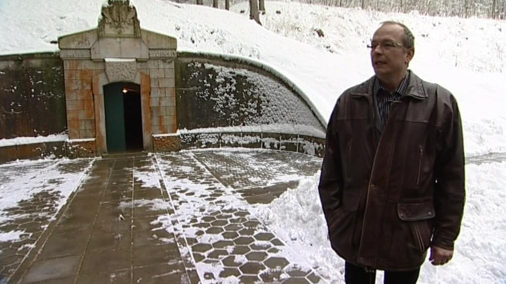 Vedoucí vodovodu Ladislav Prokop před jímací studní