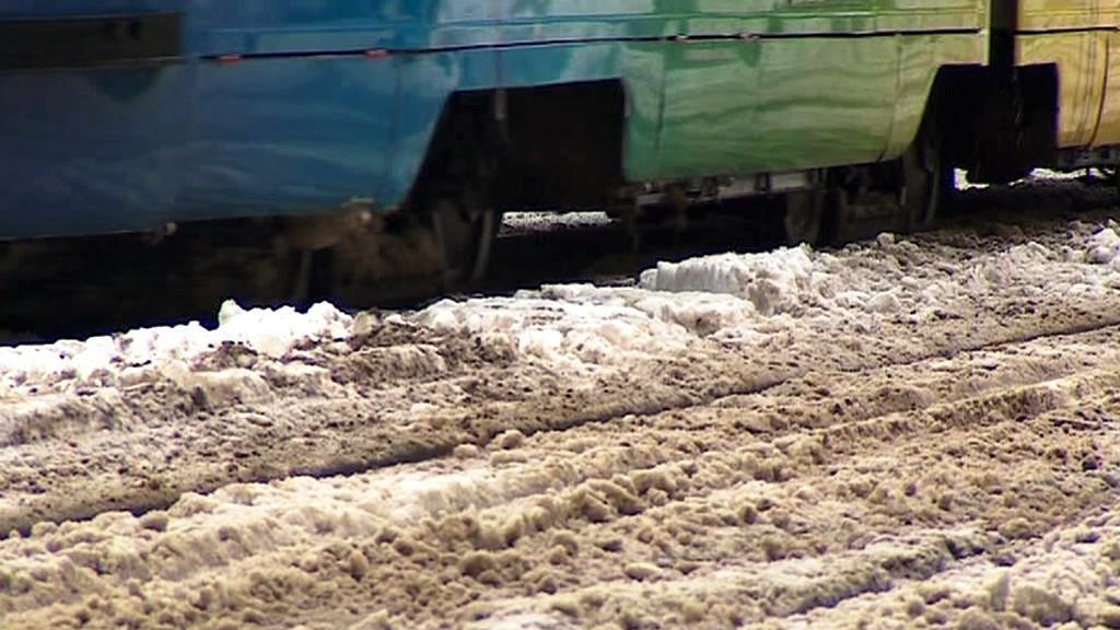 Nánosy sněhu na tramvajových kolejích