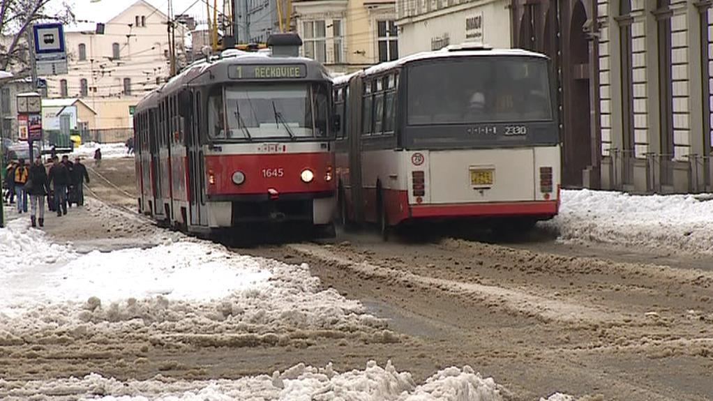 MHD v Brně kvůli sněhu kolabovala