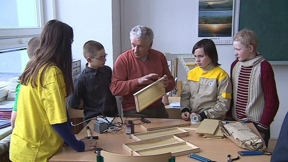 Děti v brněnském včelařském kroužku vedeném Antonínem Pavlíčkem