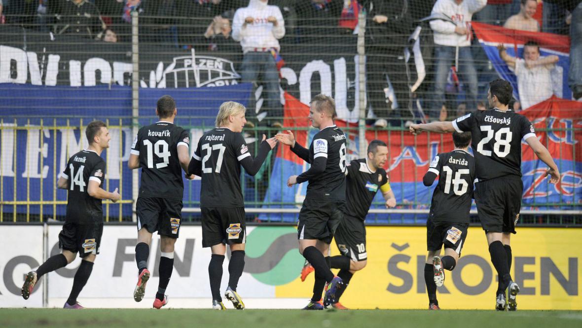 Plzeňští hráči slaví vstřelený gól