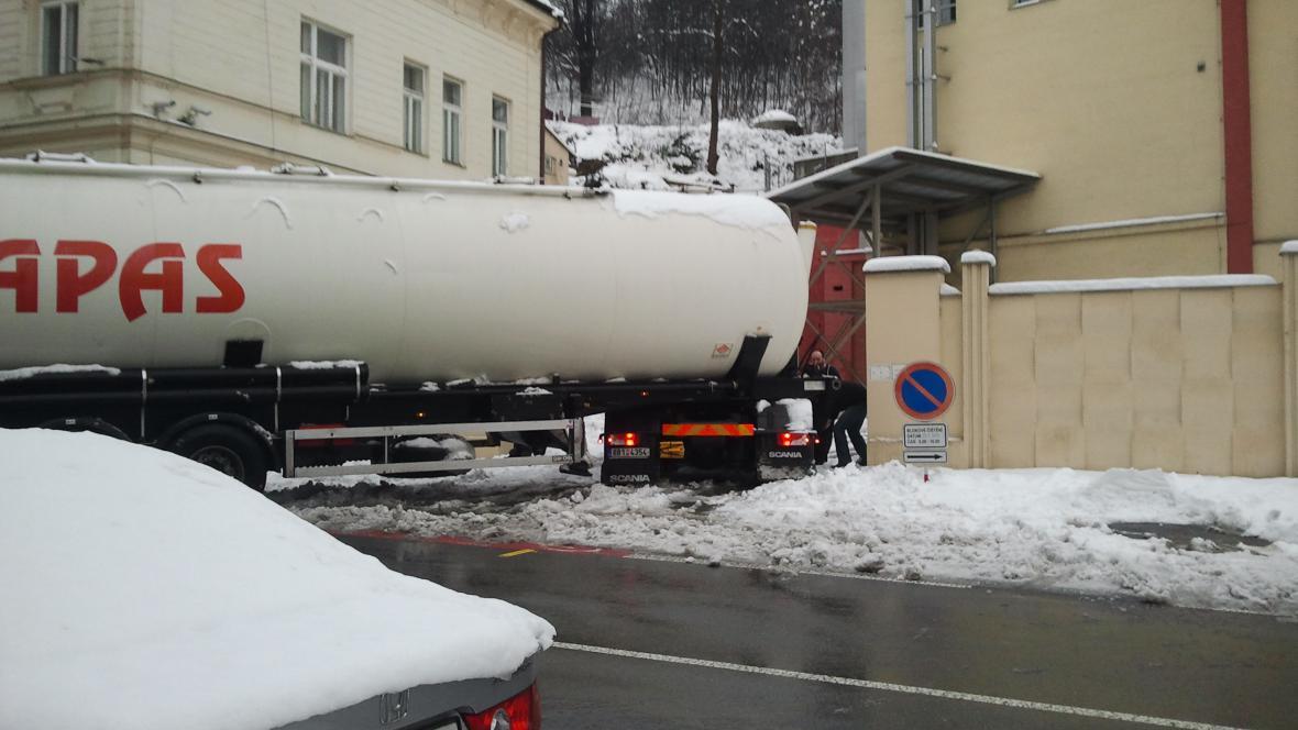 Situaci zkomplikoval vzpříčený kamion