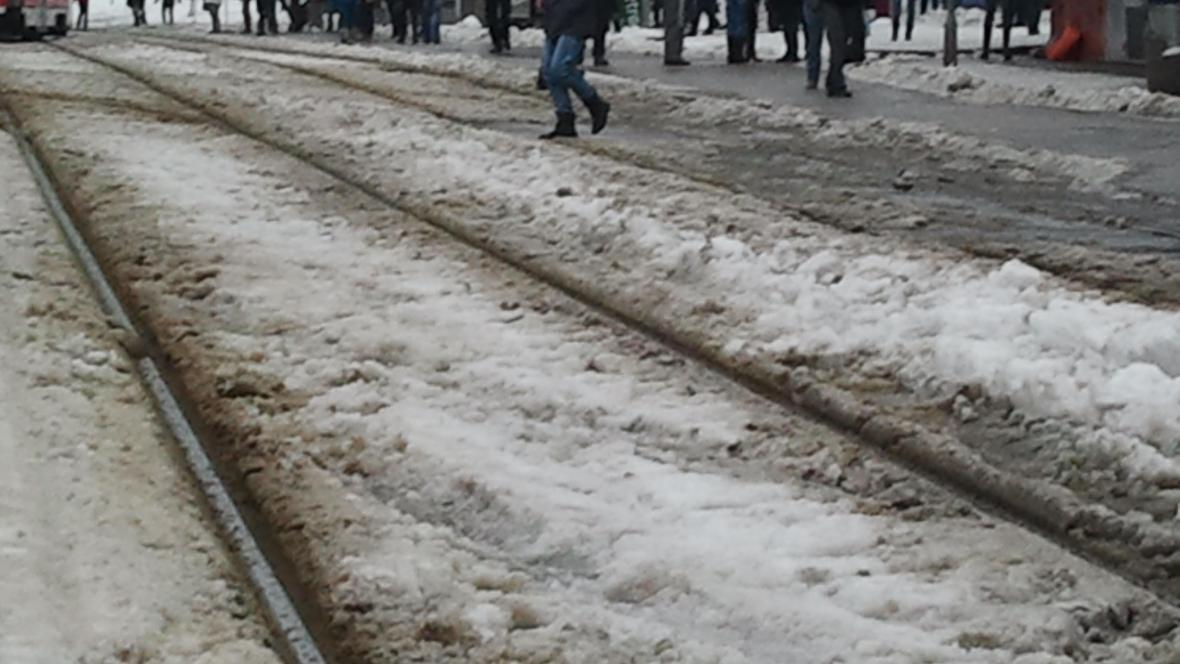 Na kolejích leží vrstva sněhu