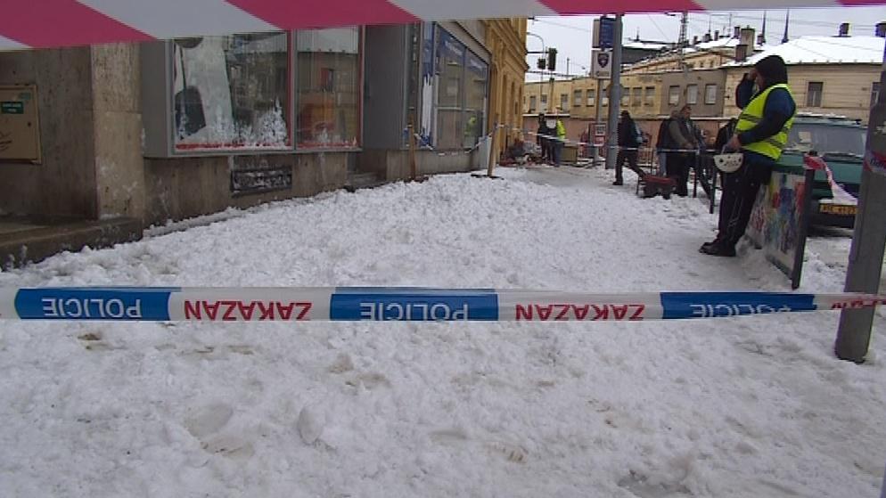 Padající sníh ohrožuje chodce