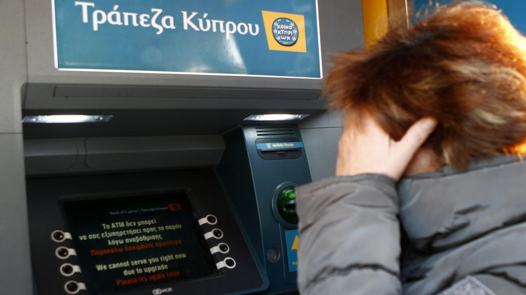 Obyvatelé Kypru vybírají peníze
