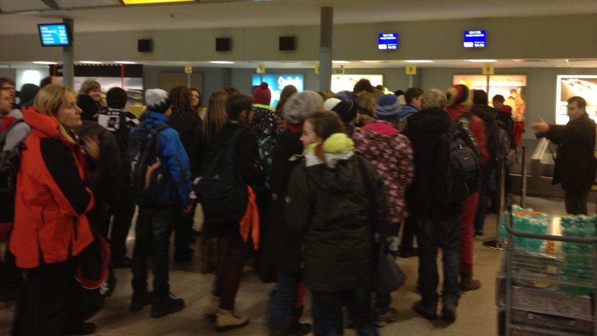 Poutnící čekají na odlet do Říma