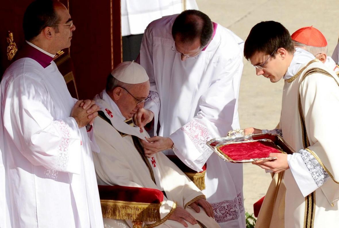 František přijímá pallium