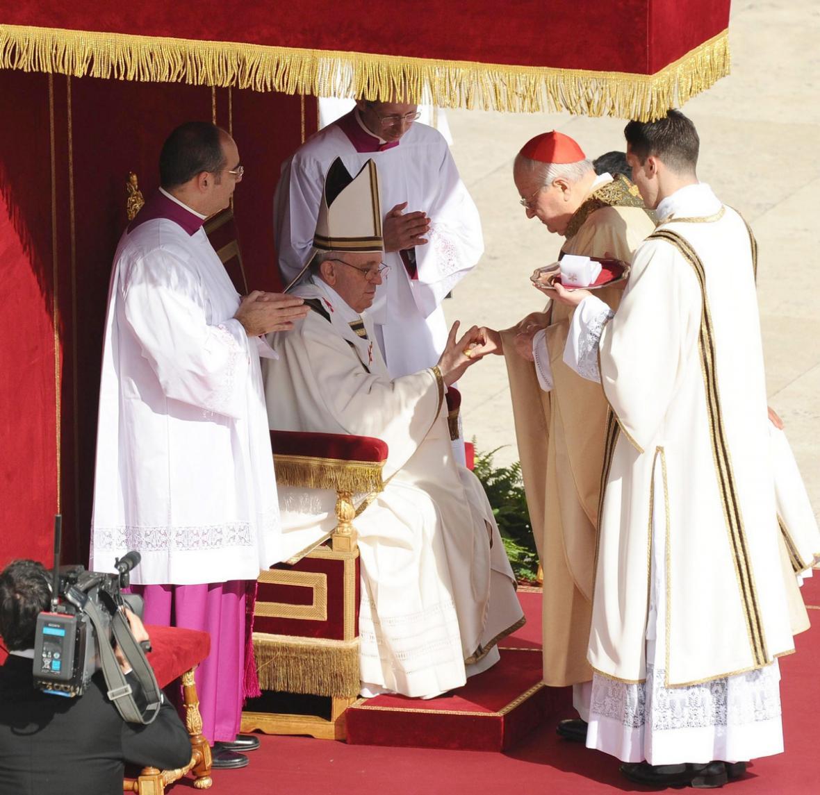 František přijímá papežský prsten
