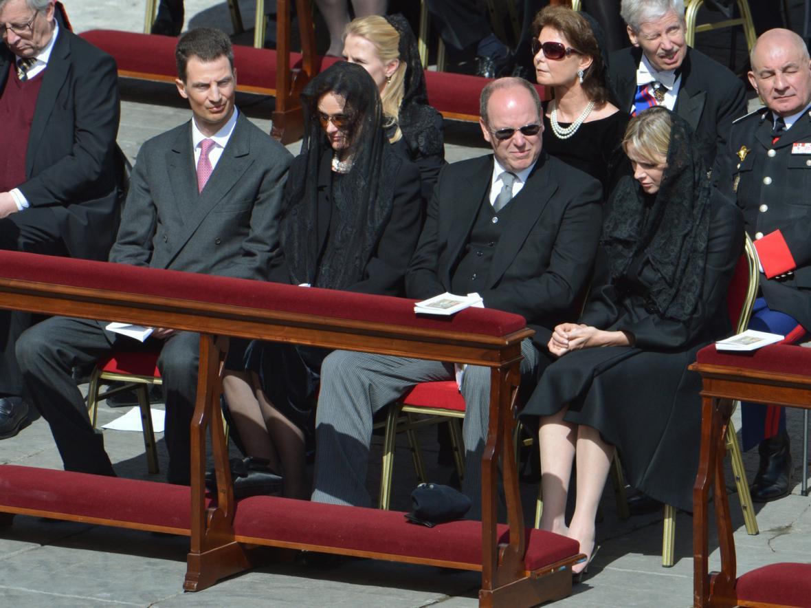 Kníže Albert s manželkou Charlene na papežské inauguraci