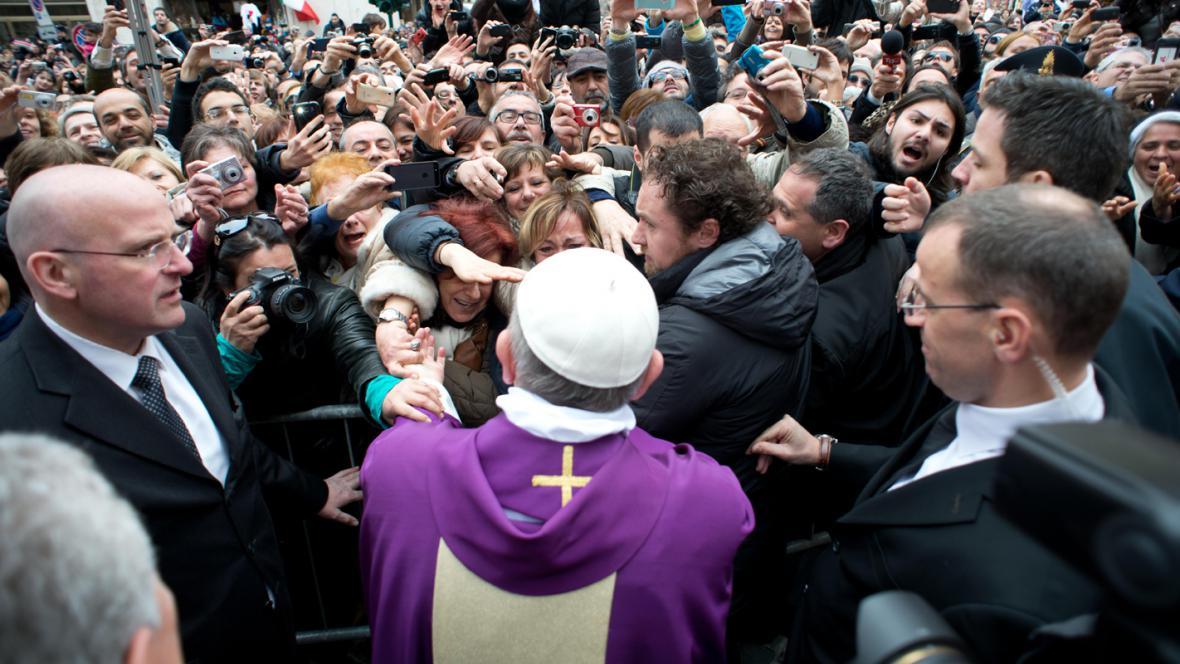 Papež František se zdraví s věřícími