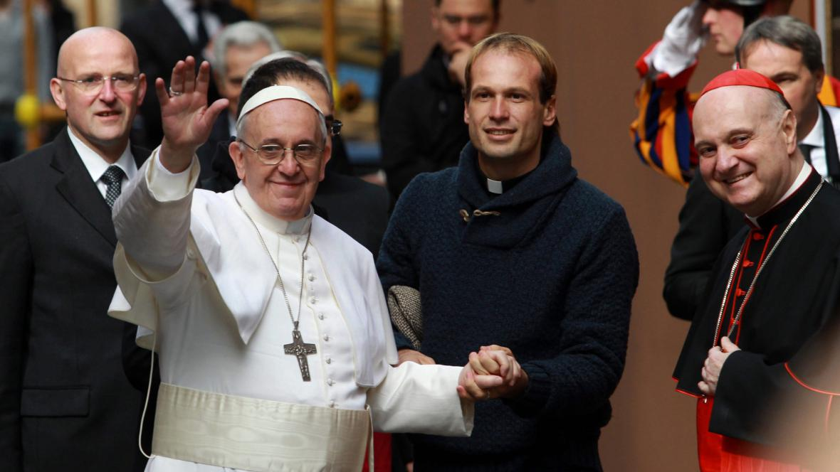 Papež František se prošel mezi lidmi
