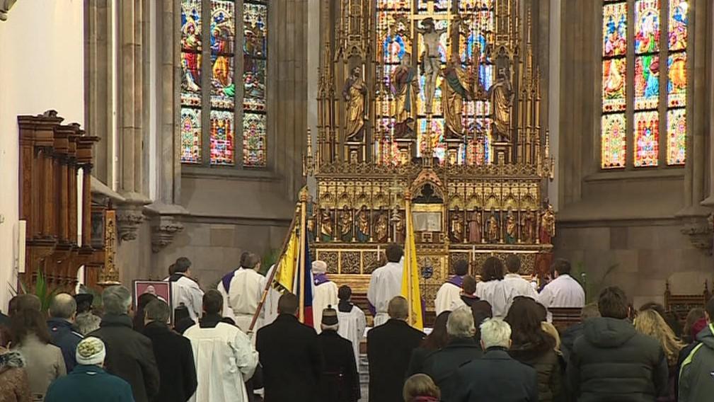 Mši zahájil slavnostní průvod s vatikánským praporem