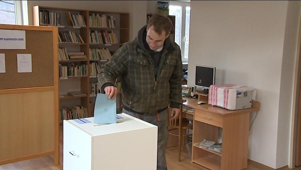 Zlámanečtí dnes hlasovali v místní knihovně