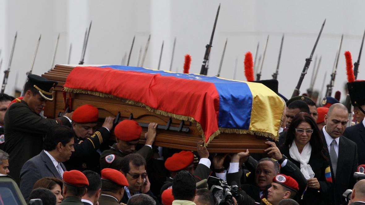 Rakev s Chávezovými ostatky se vydává na cestu do vojenského muzea
