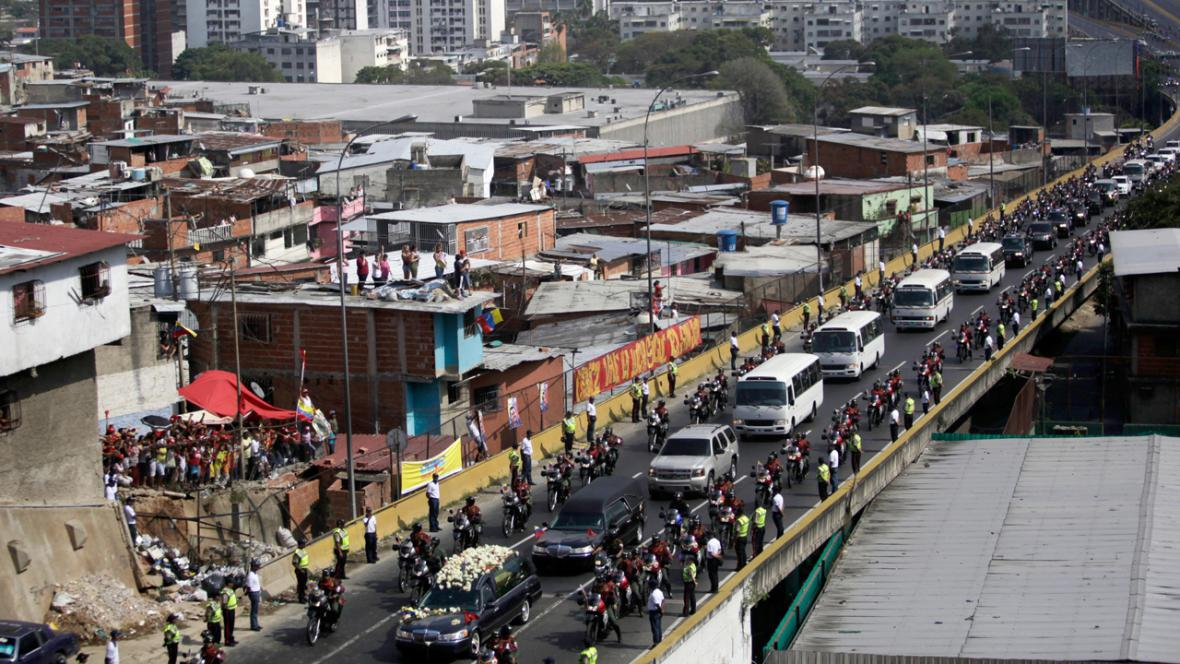 Pohřební průvod s rakví Huga Cháveze