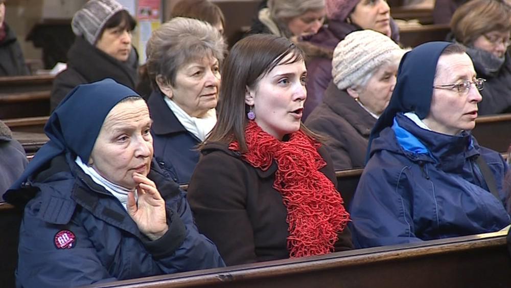 Věřící oslavili zvolení nového papeže zpěvem