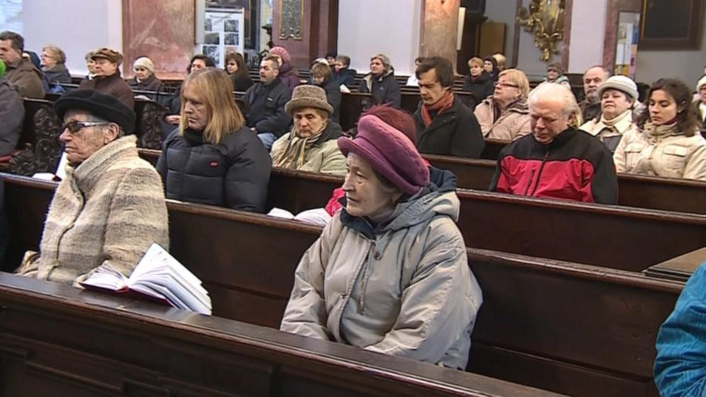 Věřící při mši oslavili zvolení nového papeže
