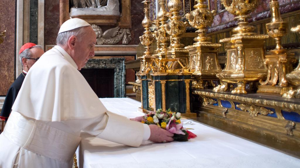 František položil na oltář baziliky Panny Marie Sněžné kytici