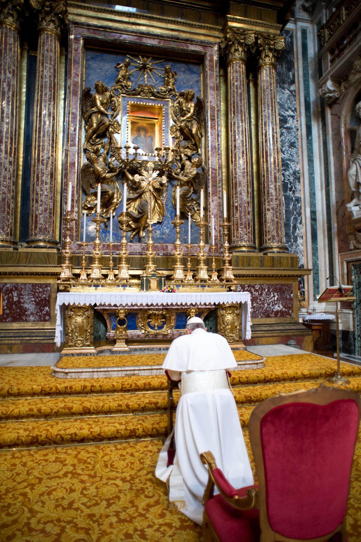 Papež František se modlí v bazilice Panny Marie Sněžné
