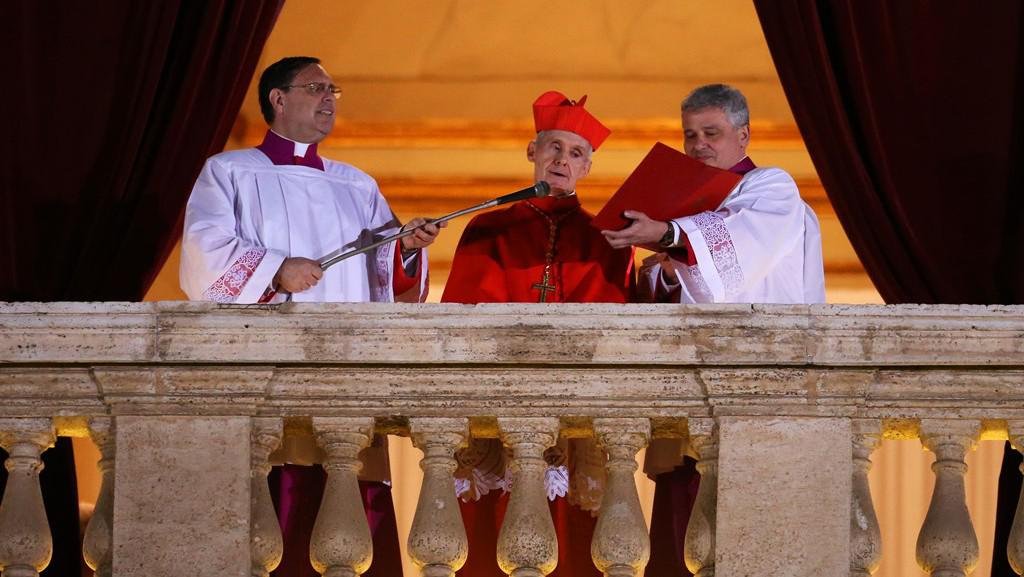 Kardinál Jean-Louis Tauran oznamuje zvolení papeže
