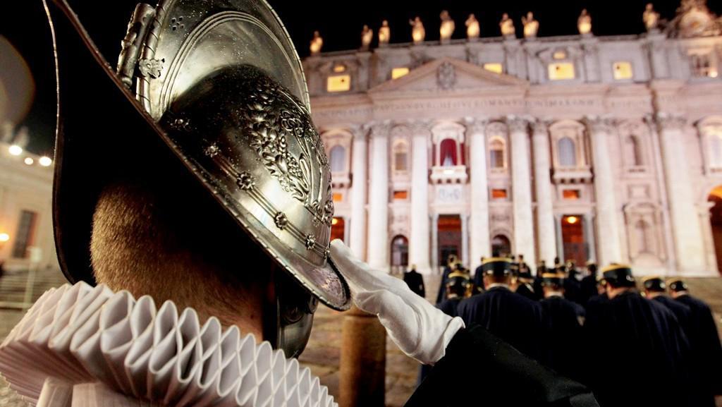 Voják Švýcarské gardy salutuje novému papeži