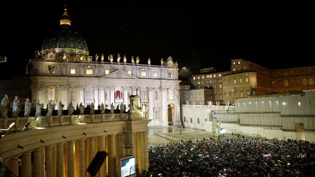 Svatopetrské náměstí vítá nového papeže