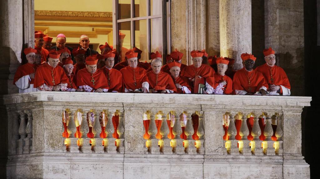 Kardinálové poslouchají proslov nového papeže