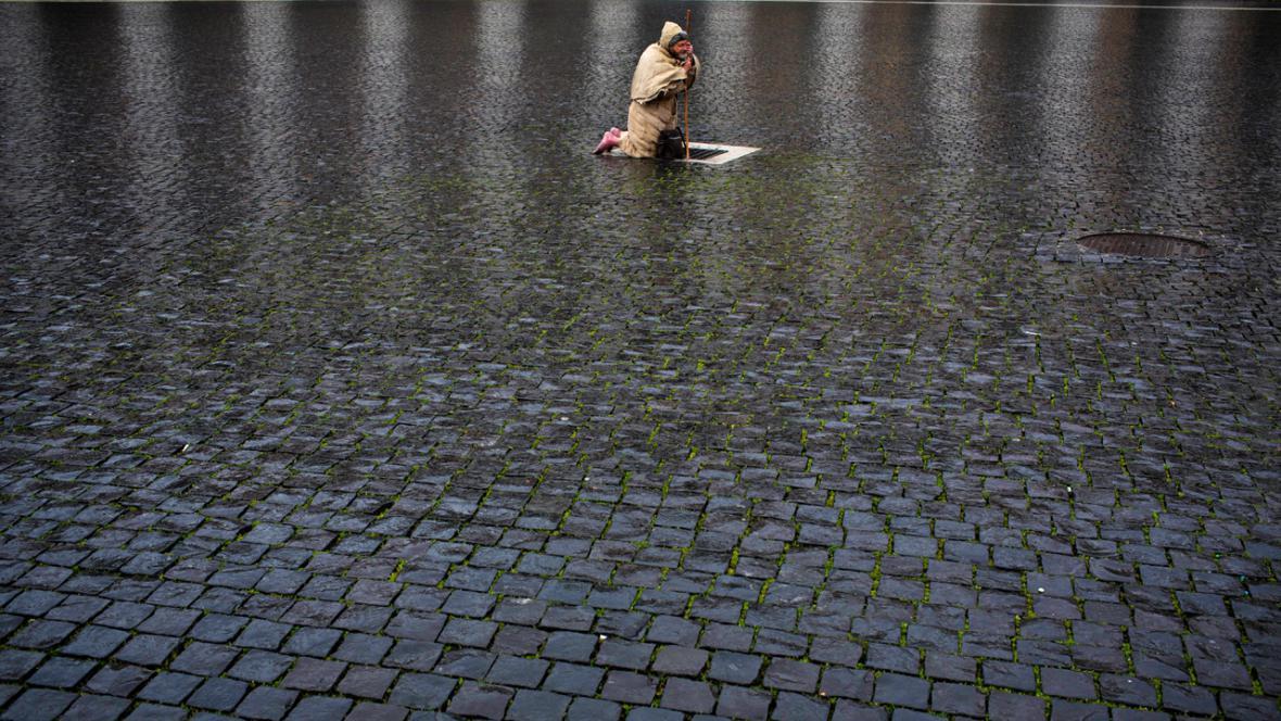 Poutník na Svatopetrském náměstí čeká na výsledek volby papeže