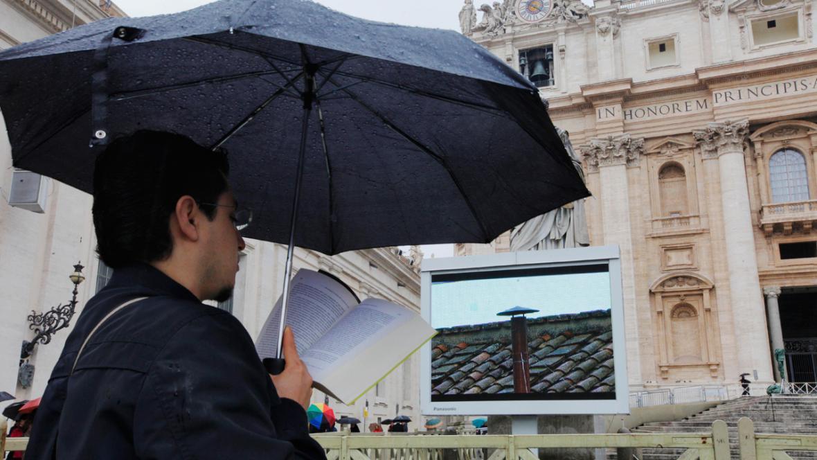 Věřící na Svatopetrském náměstí očekávají výsledek konkláve