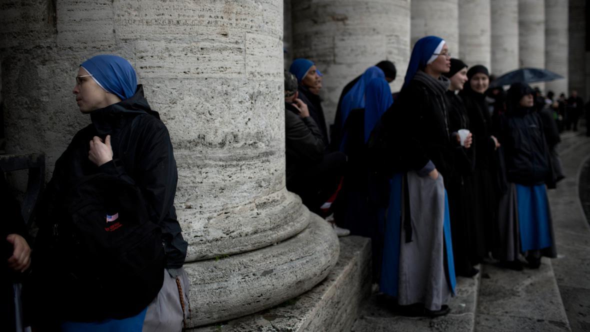 Řádové sestry na Svatopetrském náměstí čekají na výsledek volby papeže