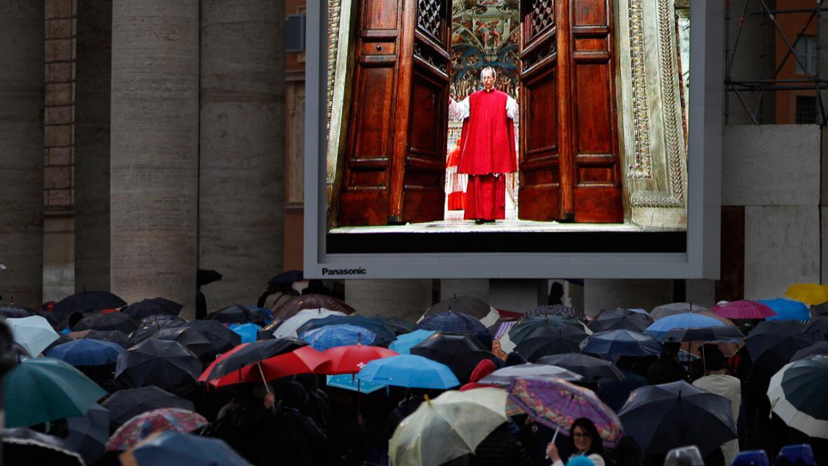 Věřící na Svatopetrském náměstí sledují uzavření Sixtinské kaple